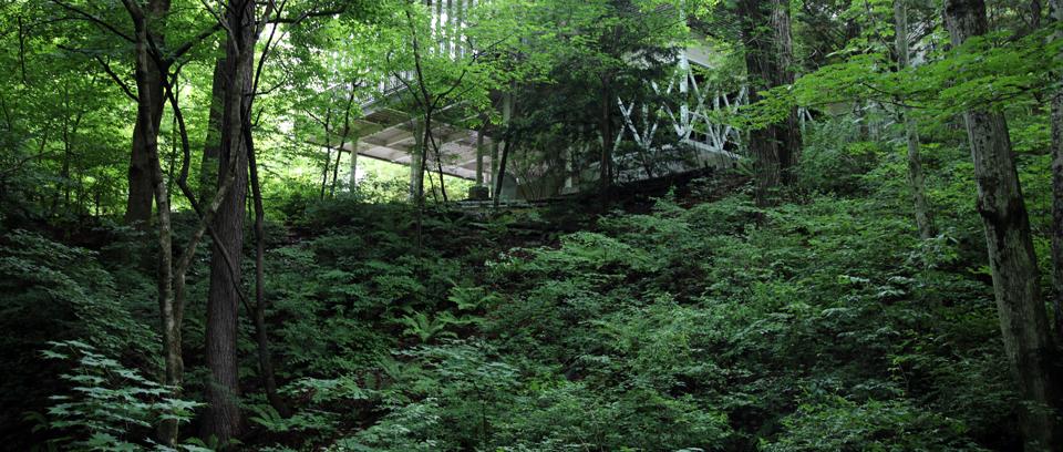 千ヶ滝に多い傾斜に建つ家